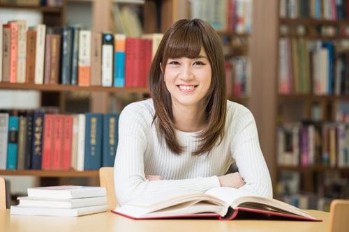 図書館で勉強する女学生